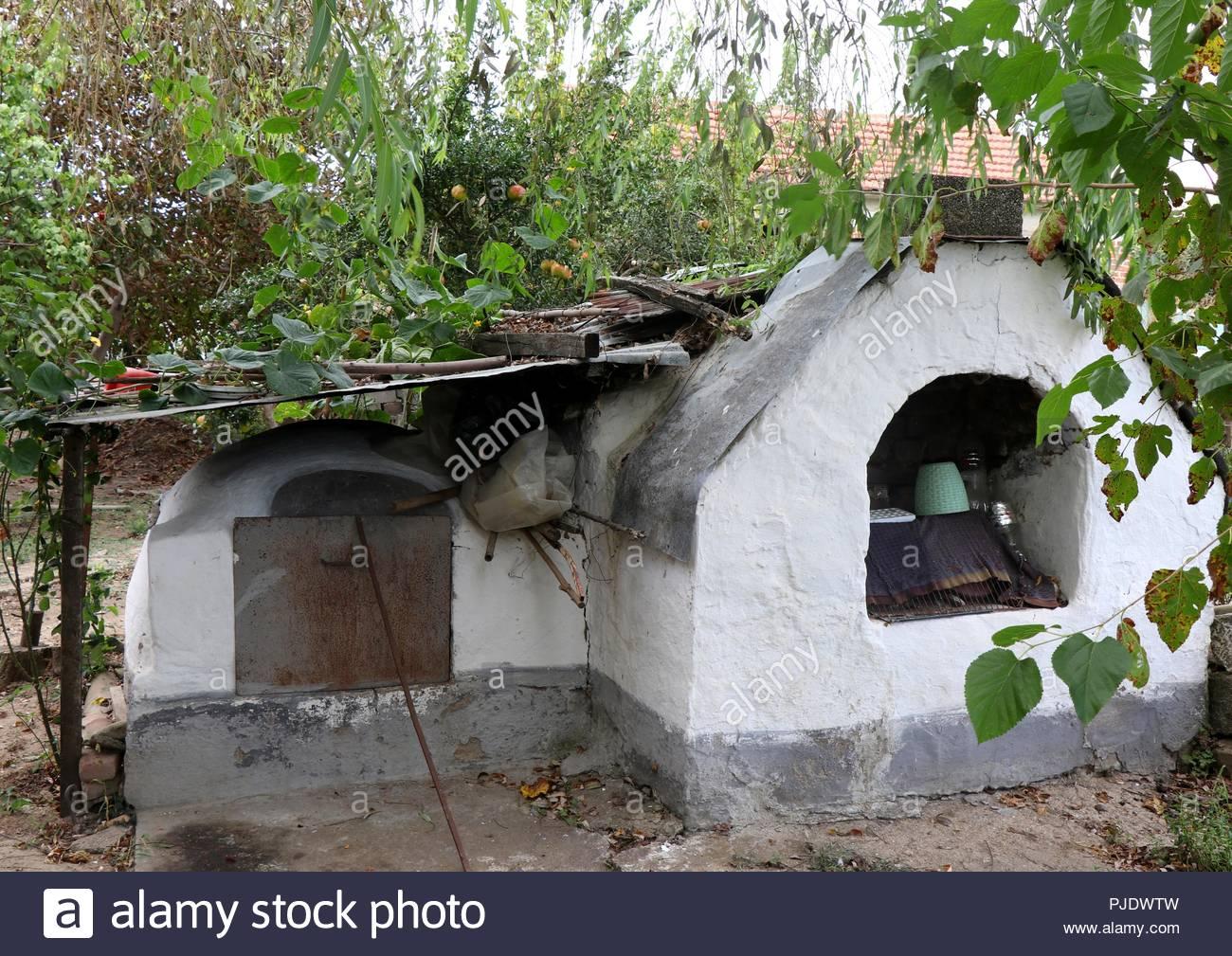 Die Alten Traditionellen Backofen In Einem Garten Von Einem