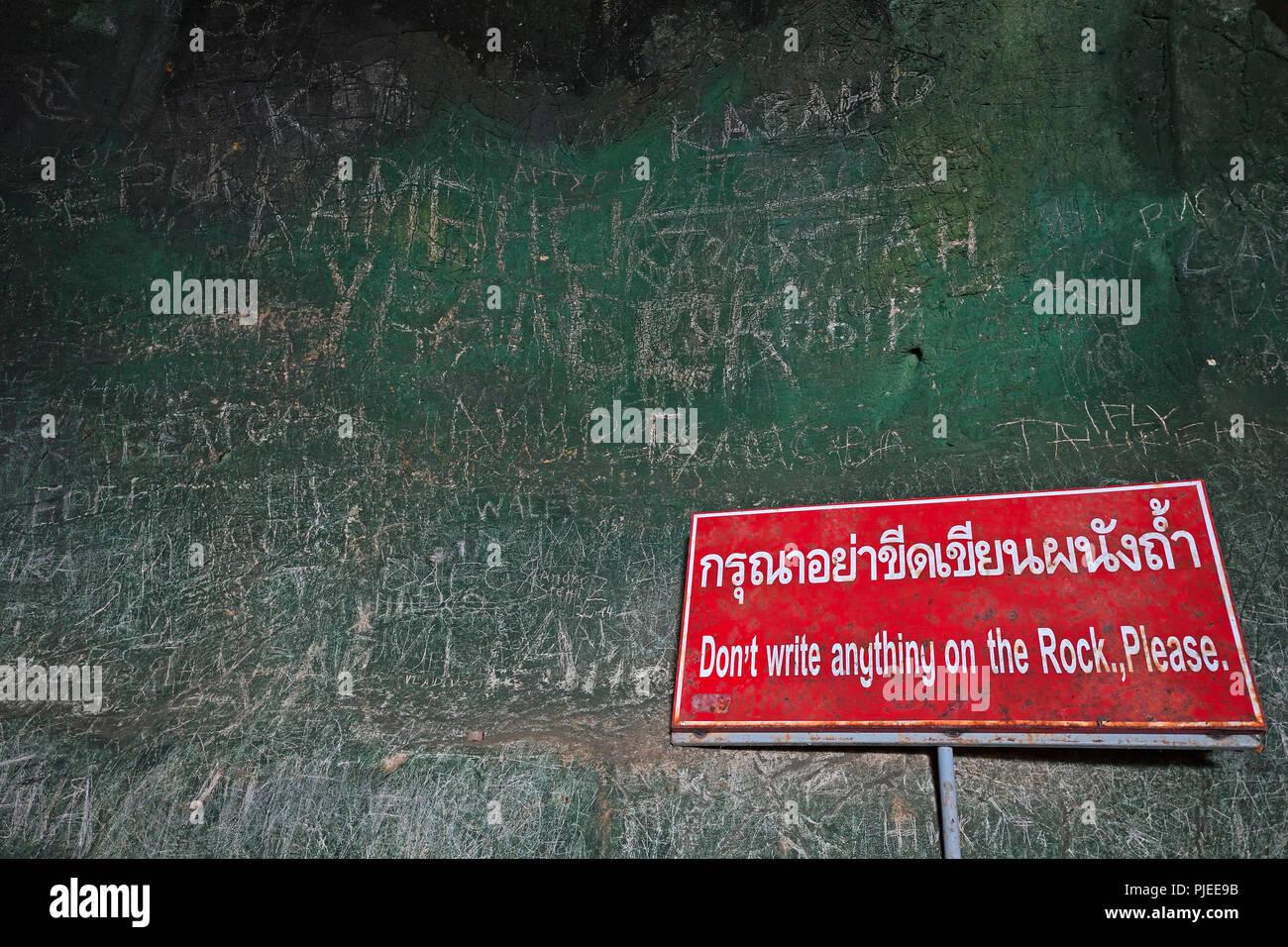 Mit Schriften bieten Wand hinter einem kein Parkplatz Schild, Höhle, Tempel Wat Tham Suwan Khuha, Phang Nga, Thailand, mit Schriften versehen Wand hinter einem V Stockbild