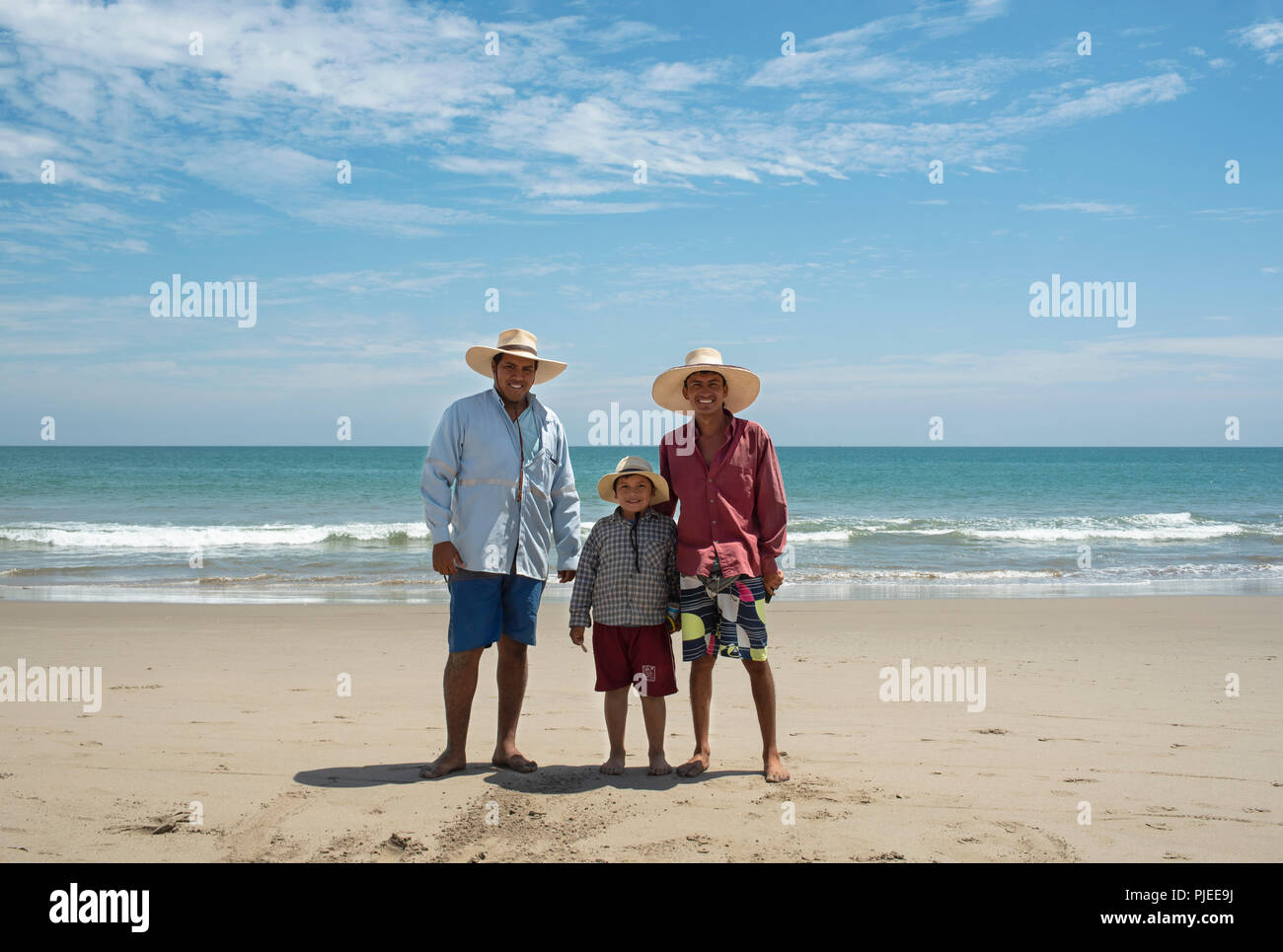 Drei peruanischen Jungs in kurzen Hosen, Hemden und Strohhüte. Umwelt Portrait auf Vichayito Beach in der Nähe von Mancora, Peru. Nur für den redaktionellen Gebrauch bestimmt. Aug 2018 Stockbild