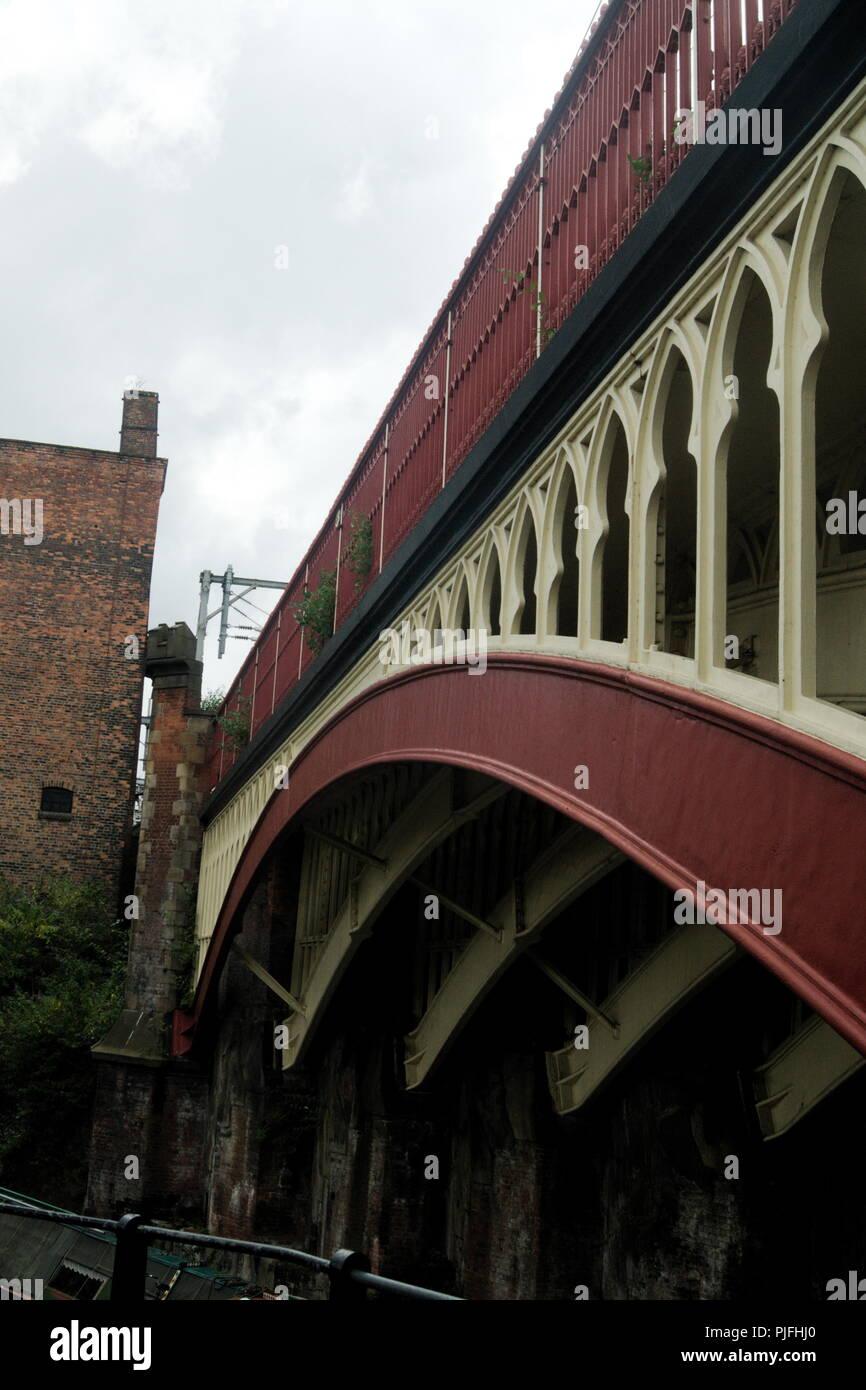 Ansicht einer gusseisernen Eisenbahnbrücke in Manchester, England. Ein Winkelansicht der schönen Struktur dieses Beispiels der viktorianischen Technik. Stockfoto