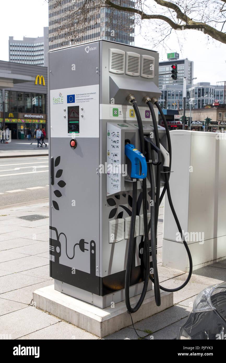 Ladesäule für Elektrofahrzeuge, FastE, mit Ladekabel und Stecker für verschiedene Modelle, am Hauptbahnhof in Essen. Stockbild