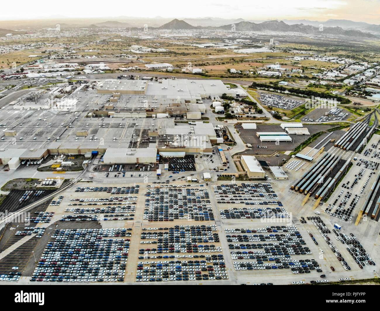 Luftaufnahme von der Ford Motor Company Automotive Company in Hermosillo, Sonora Mexico. Hunderte von neuen Autos.. Trasnport. Auto Stockbild