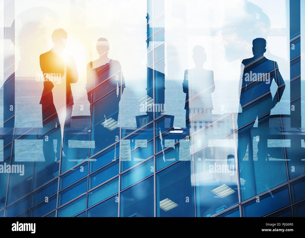 Gruppe von Business-Partner auf der Suche nach der Zukunft. Konzept von Unternehmens- und Inbetriebnahme Stockbild