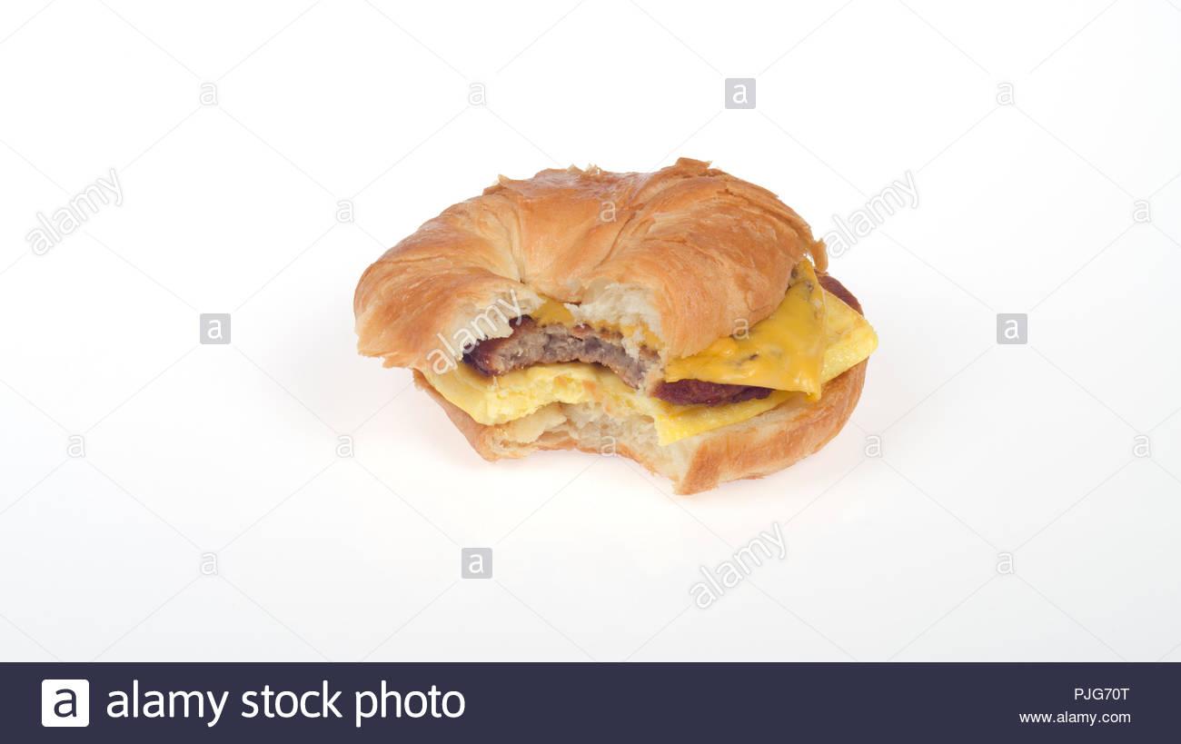 Burger King Würstchen, Eier und Käse croissanwich oder Croissant Sandwich mit Bissen genommen Stockbild