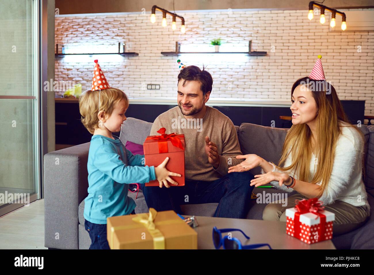Glückliche Familie mit einem festlichen Kuchen feiert Geburtstag Stockbild