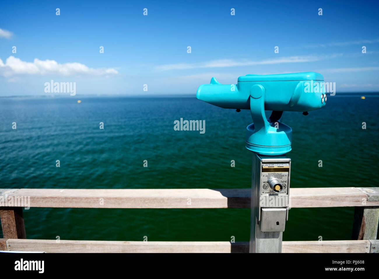 Teleskop auf der seebrücke in scharbeutz schleswig holstein