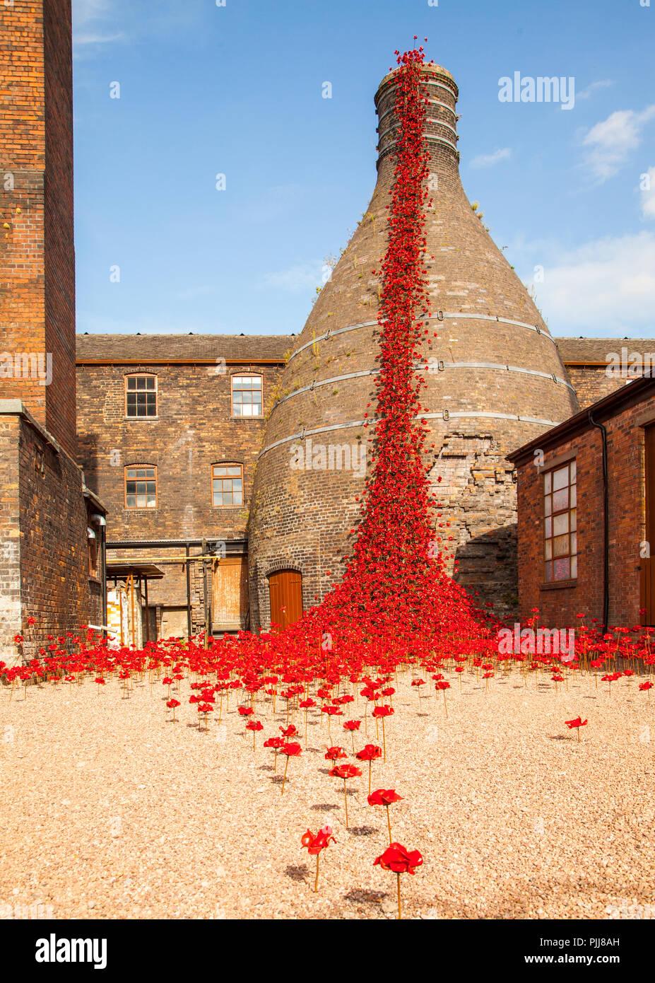 Weinend Windows touring Anzeige von keramischen Mohnblumen auf seiner Stoke on Trent Schauplatz von Middleport pottery mit einem toten Soldaten aus dem Krieg Stockbild