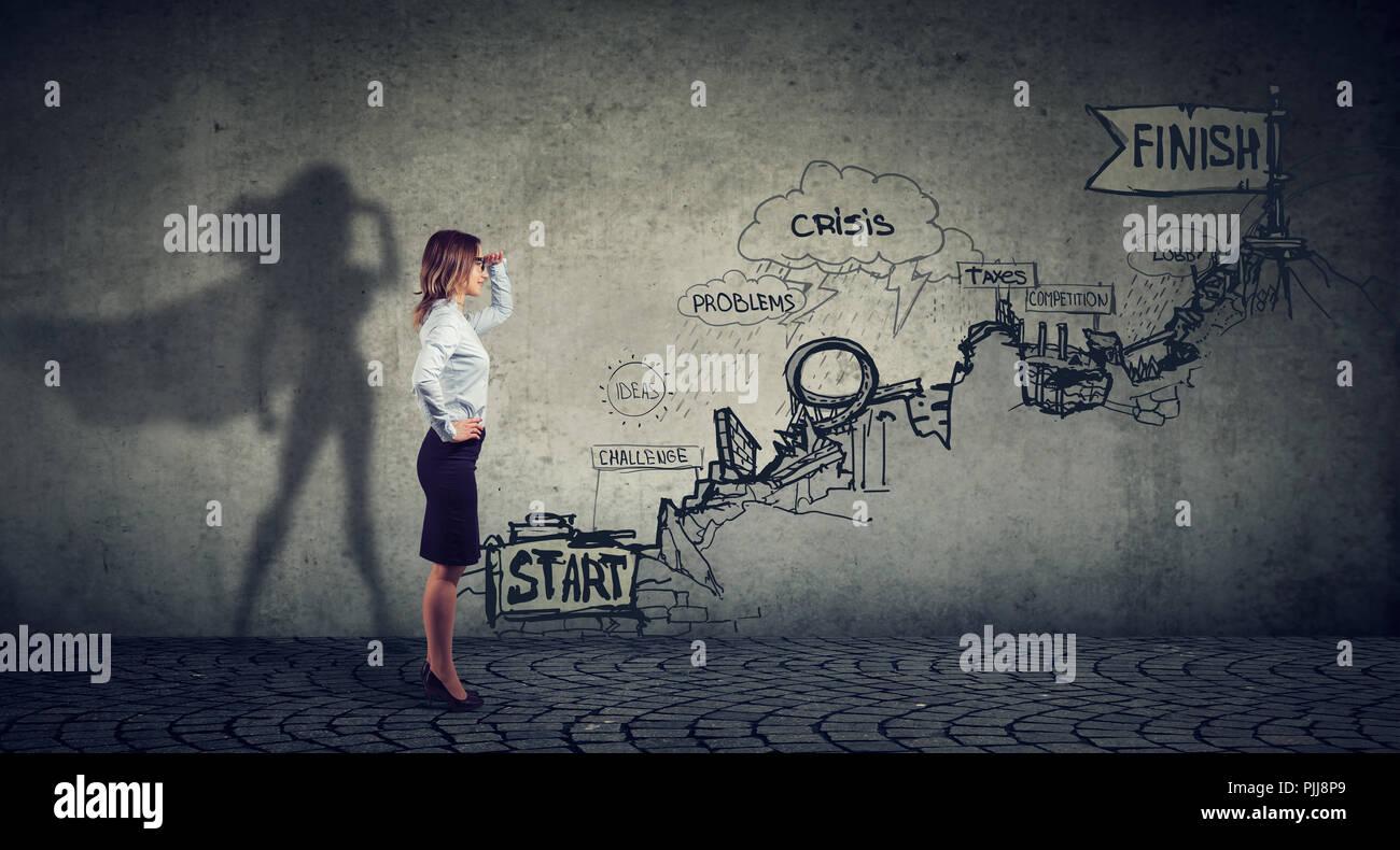 Business Karriere Herausforderungen Konzept. Geschäftsfrau vorstellen, ein Superheld zu werden strebte machen Karriere Pläne Stockbild