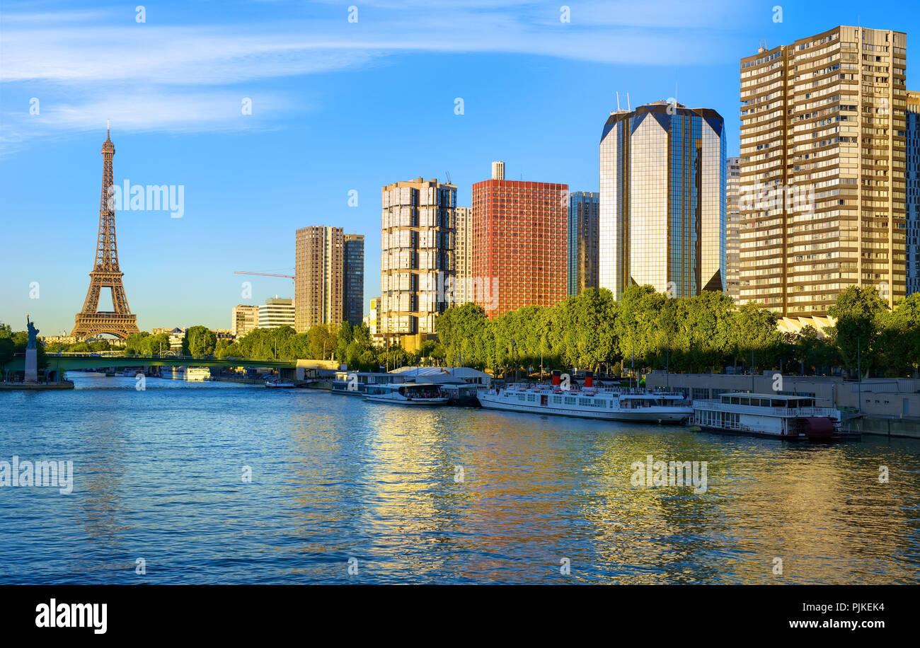 Moderne Stadtteil von Wolkenkratzern auf Seine mit Blick auf den Eiffelturm in Paris, Frankreich Stockbild