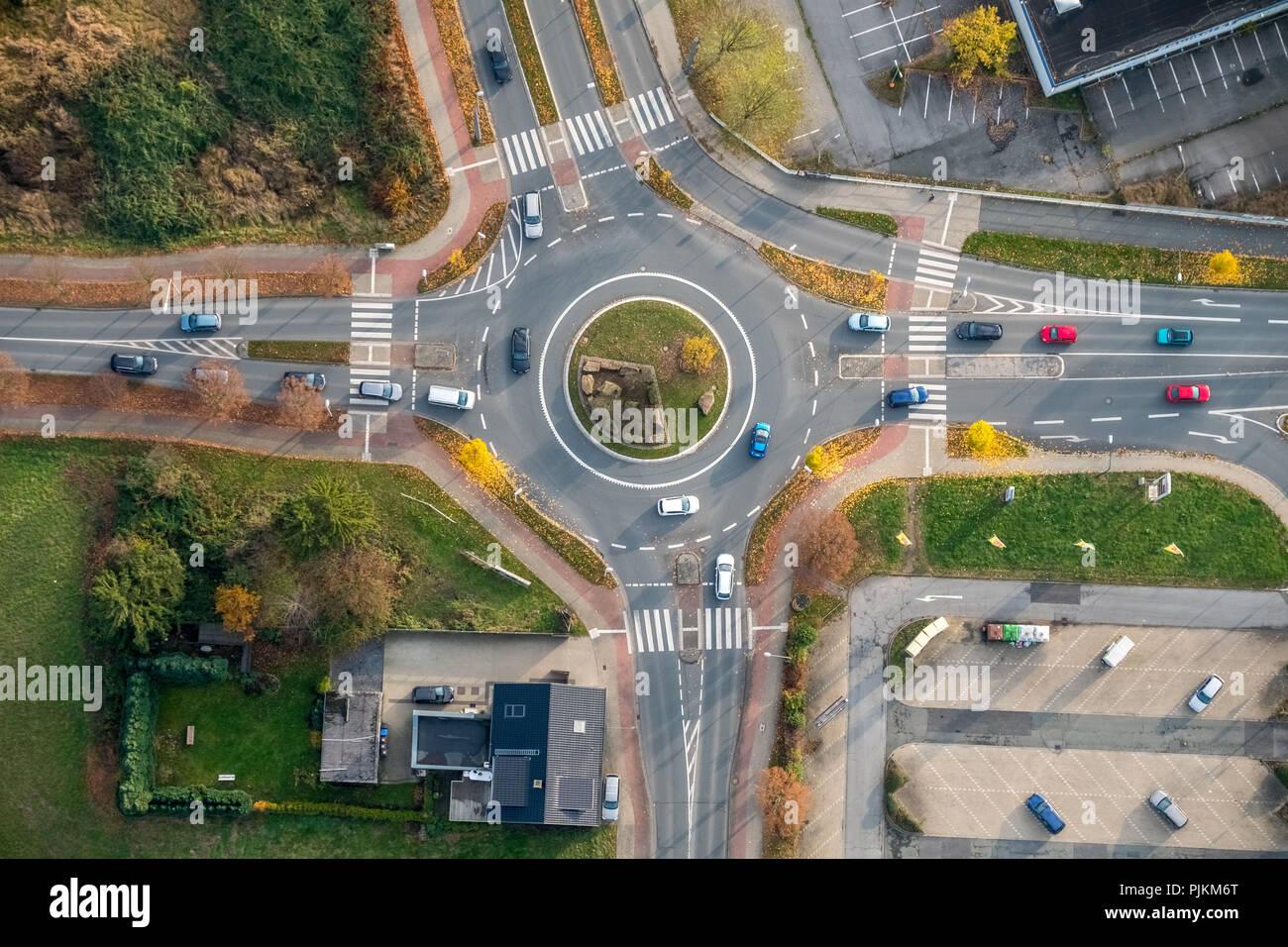 Kreisverkehr mit Herbstlaub, Zebrastreifen, Zebrastreifen, Warendorfer Straße Sachsenring Münsterstraße, Hamm, Ruhrgebiet, Nordrhein-Westfalen, Deutschland Stockbild