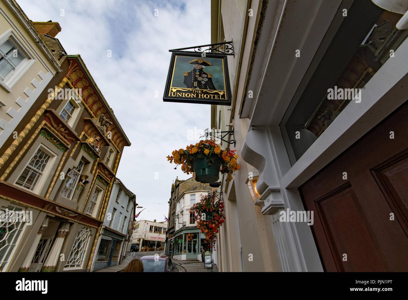 Blick auf Kapelle Straße in Penzance einschließlich Vorzeichen außerhalb der Union Inn von Nelson und dem Ägyptischen Haus Stockbild