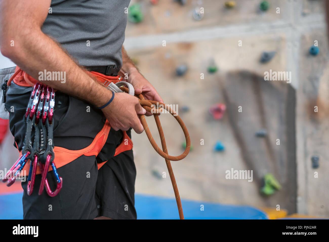 Kletterausrüstung Outdoor : Rock wall climber tragen und kletterausrüstung indoor nahaufnahme