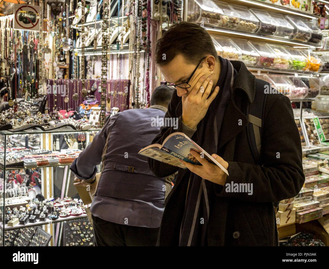 ISTANBUL, Türkei - 28 Dezember, 2015: verloren und verwirrt touristische Lesen der Istanbul Edition der touristische Reiseführer Lonely Planet in Kapalicarsi, Th Stockbild
