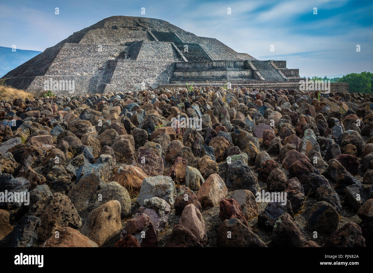 Die Pyramide des Mondes ist die zweite größte Pyramide im heutigen San Juan Teotihuacán, Mexiko, nach der Pyramide der Sonne. Stockbild
