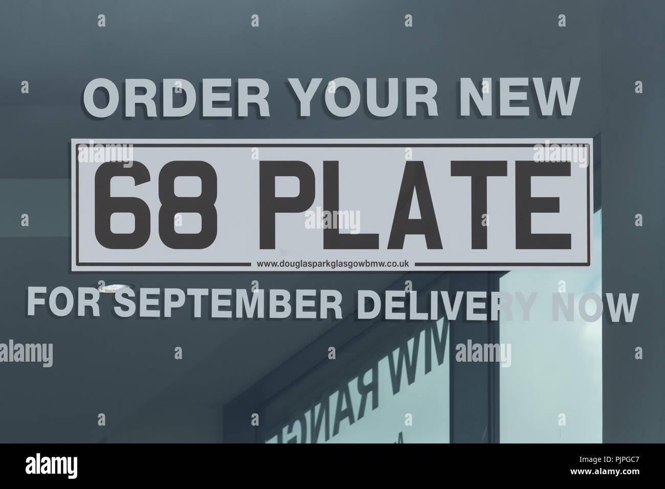 68 neue Auto Nummernschild Werbung am Auto Dealership uk Stockbild