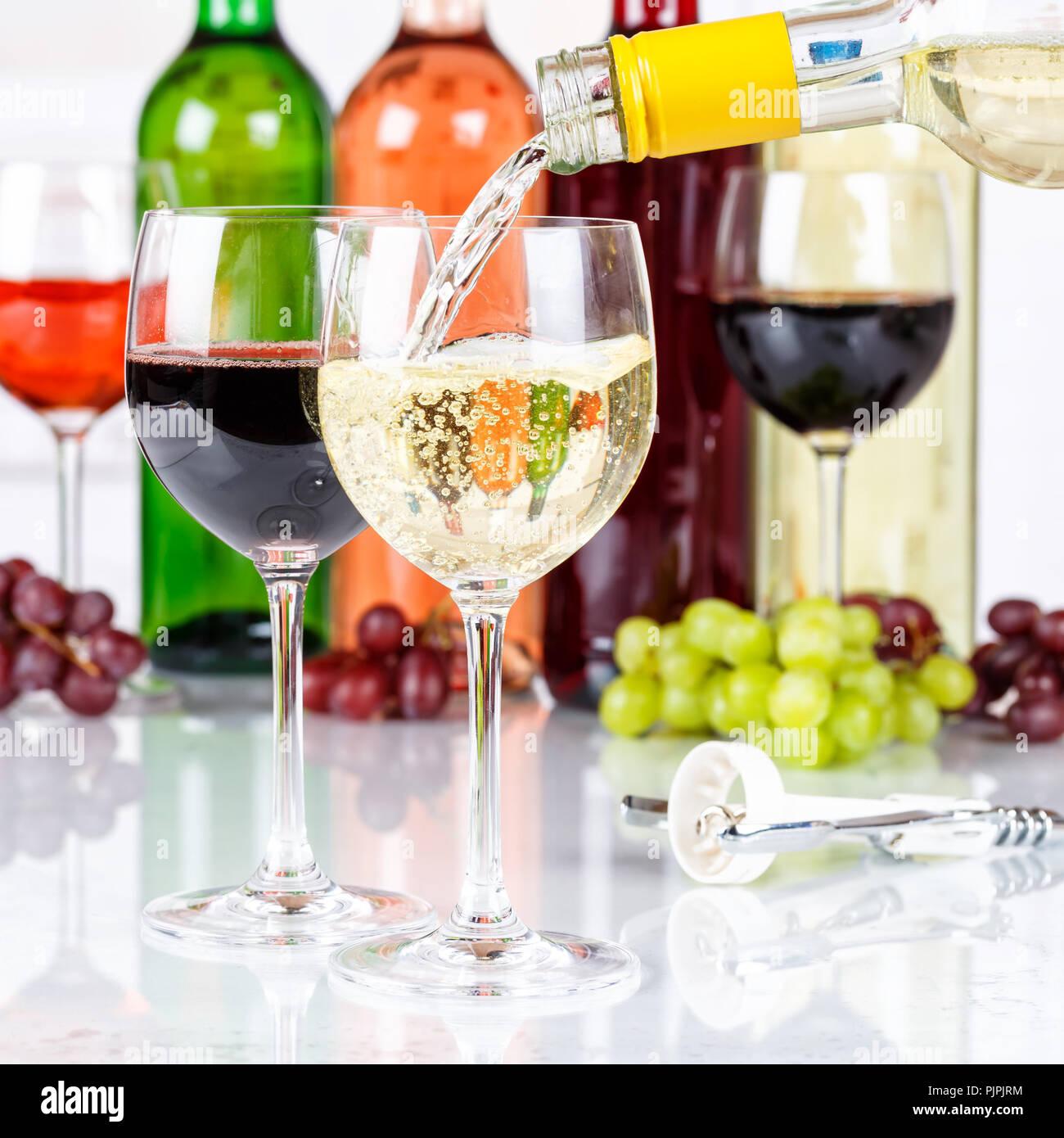 Wein gießen Glasflasche weißes Quadrat gießen Alkohol Stockbild