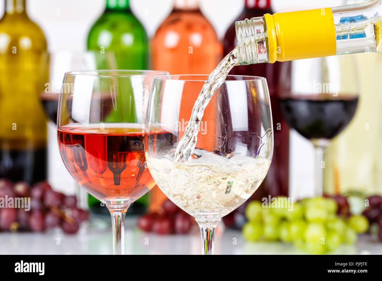 Wein gießen Glas Flasche weiß Gießen trinken Alkohol Stockbild