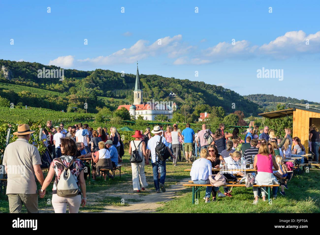 """Gumpoldskirchen: Deutschordensschloss (Deutsch Um Burg), Weinberg, Bar am Festival """"genussmeile"""" zusammen 1. Wiener Wasser Wanderweg, winegro Stockfoto"""