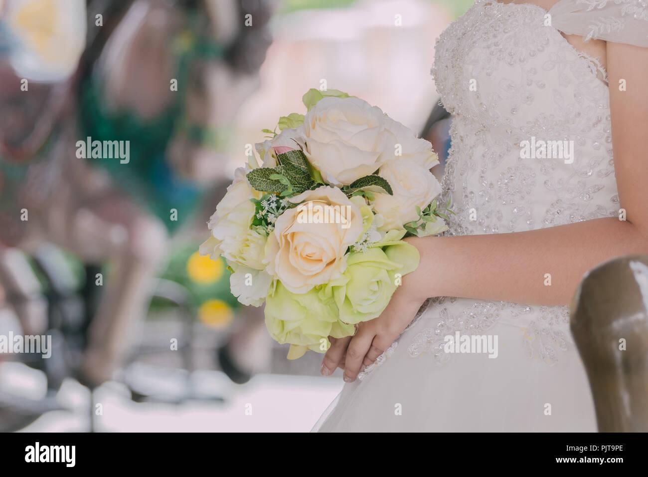 Die Braut Halt Einen Strauss Blumen Fur Die Hochzeit Farben Vintage