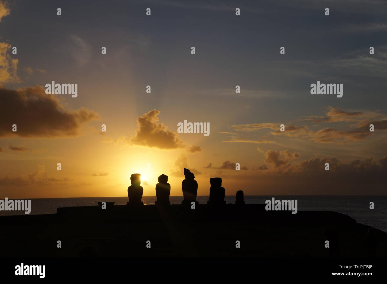 Sonnenuntergang über der Moai am Ahu Tahai, Osterinsel (Rapa Nui), Chile Stockbild