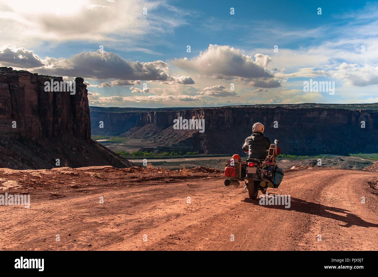 Biker auf Rock climbing Route, Canyonlands National Park, Moab, Utah, USA Stockfoto