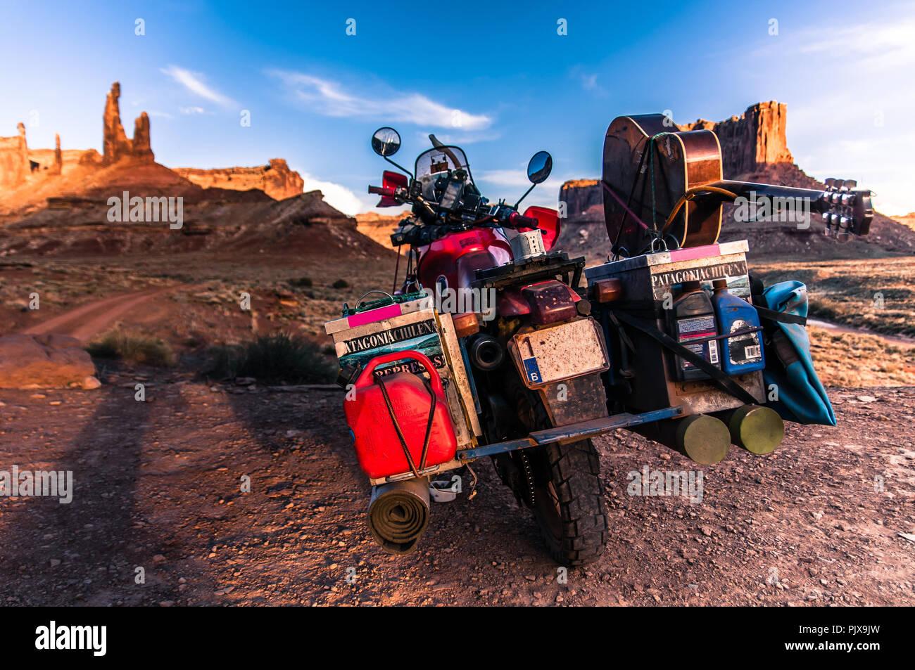 Motorrad auf Rock climbing Route, Canyonlands National Park, Moab, Utah, USA Stockfoto