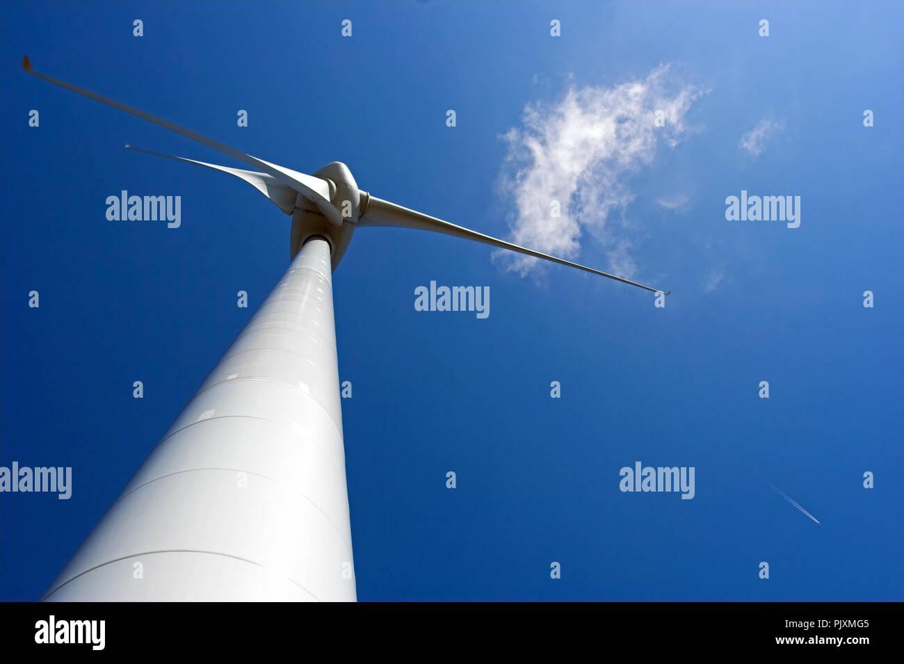 Andere Perspektive eines Wind Generator gegen deep blue sky Stockbild