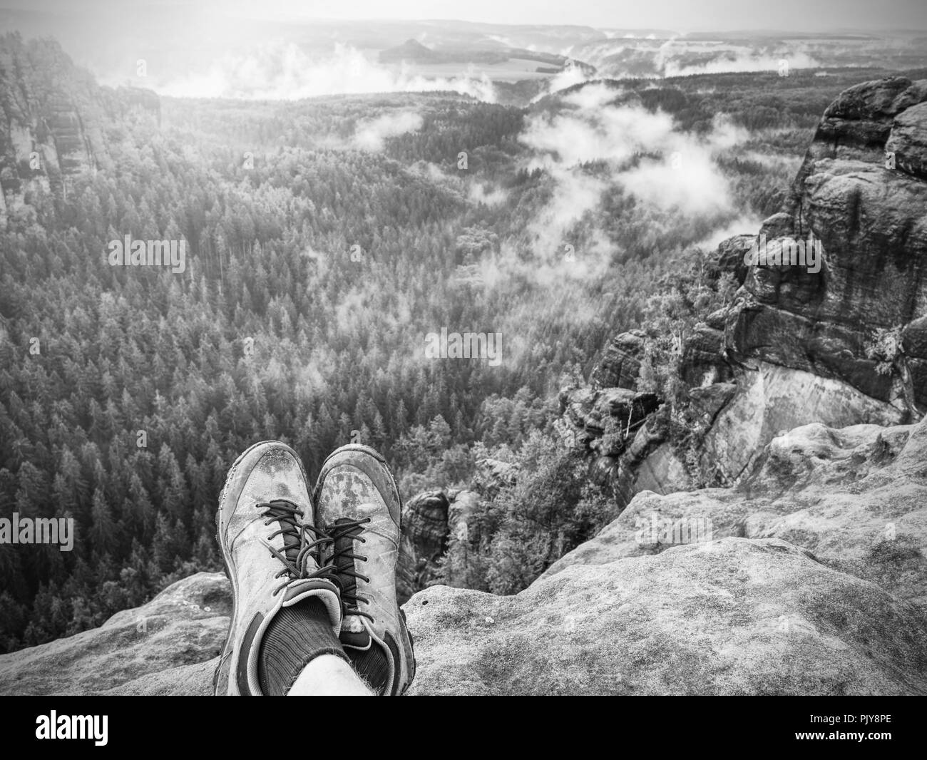 Wandern bequeme Schuhe. All terrain Schuhe. Wanderschuhe auf Wanderer draußen zu Fuß überqueren Rocky traail. Herbst wandern in Natur pur Stockbild