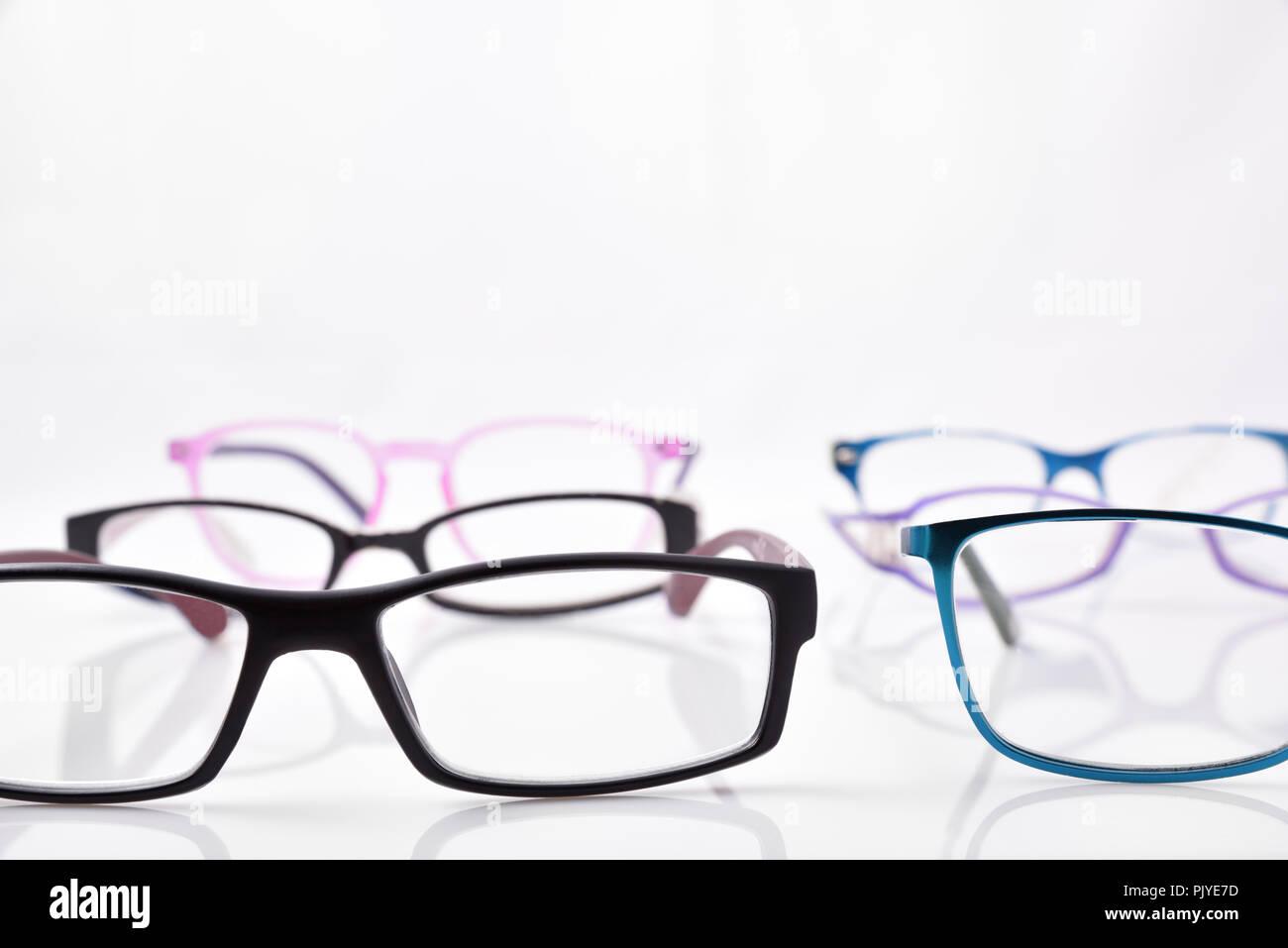 359d9617cfc30a Stand der Brillen am weißen Tisch in einem eyewear Store mit.  Vorderansicht. Horizontale Zusammensetzung