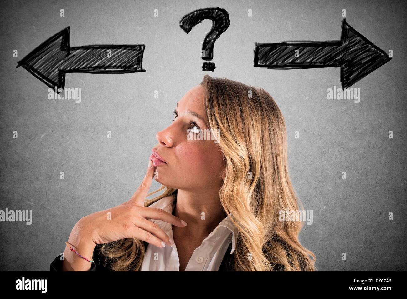 Verwirrt Geschäftsfrau muss den richtigen Weg wählen Stockbild