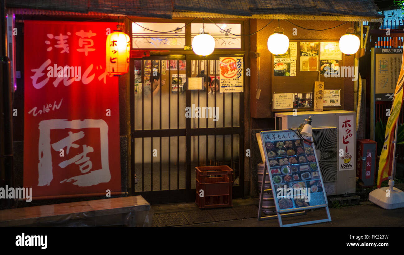 Tokio, Japan - September 8, 2018. : Ein kleines Restaurant in Asakusa neary Senso-ji Tempel. Stockfoto