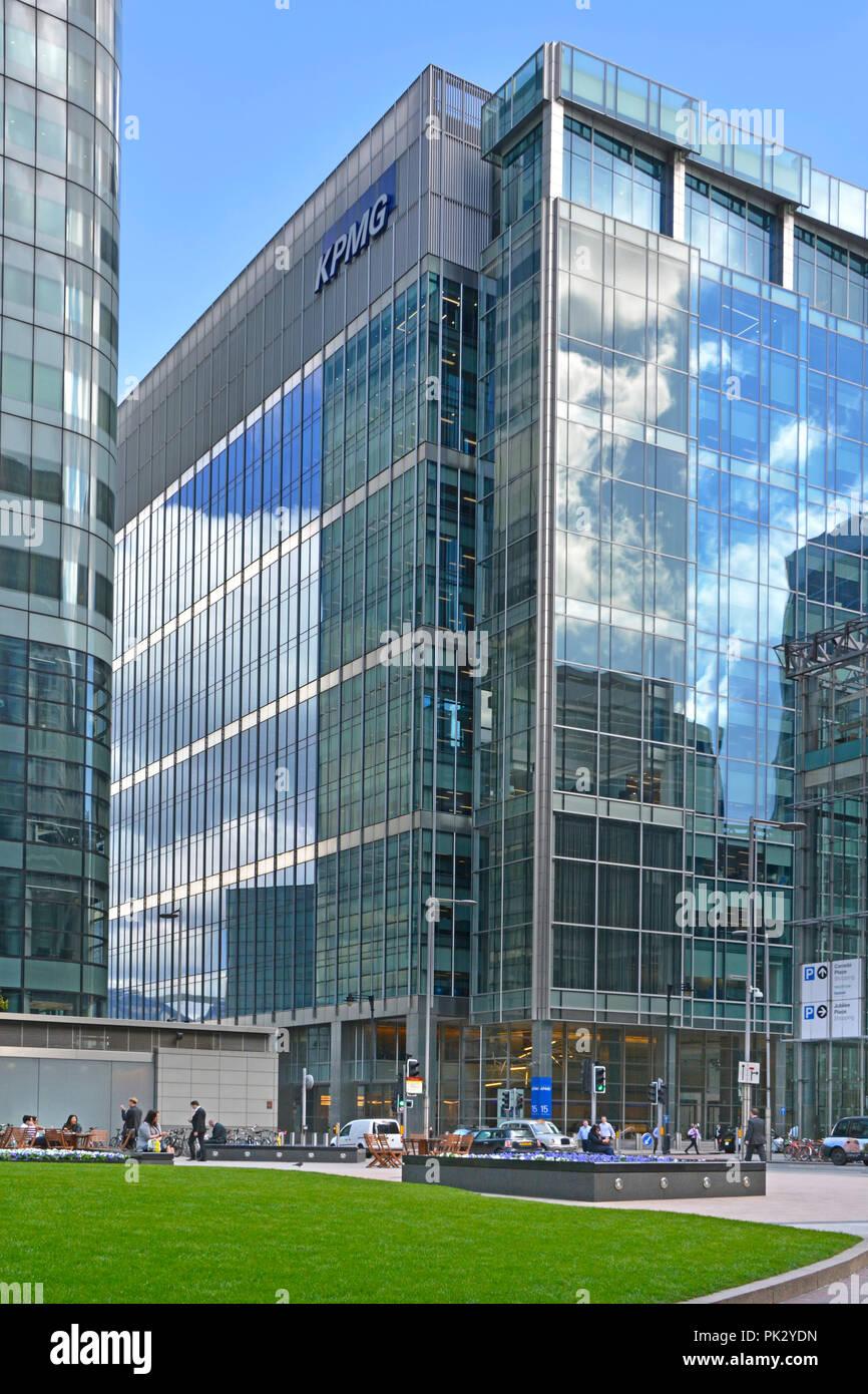 Die Außenseite des modernen KPMG Wirtschaftsprüfungsgesellschaft Business Office Gebäude mit Glasfront Struktur ökologische Effizienz Design in Canary Wharf London UK Stockbild