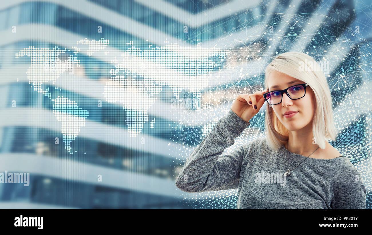 Business woman Brille über digitale Schnittstelle. Moderne Technologie artificil Intelligenz Konzept. Virtuelle Dienste für Effizienz verwalten Stockbild