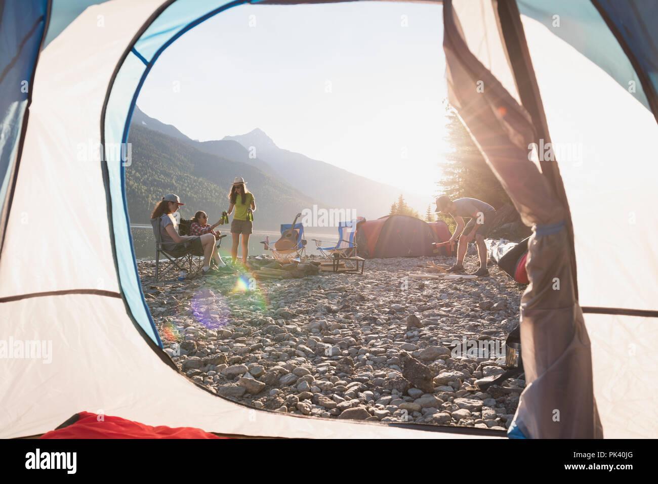 Eine Gruppe von Freunden auf dem Campingplatz am Flußufer Stockbild