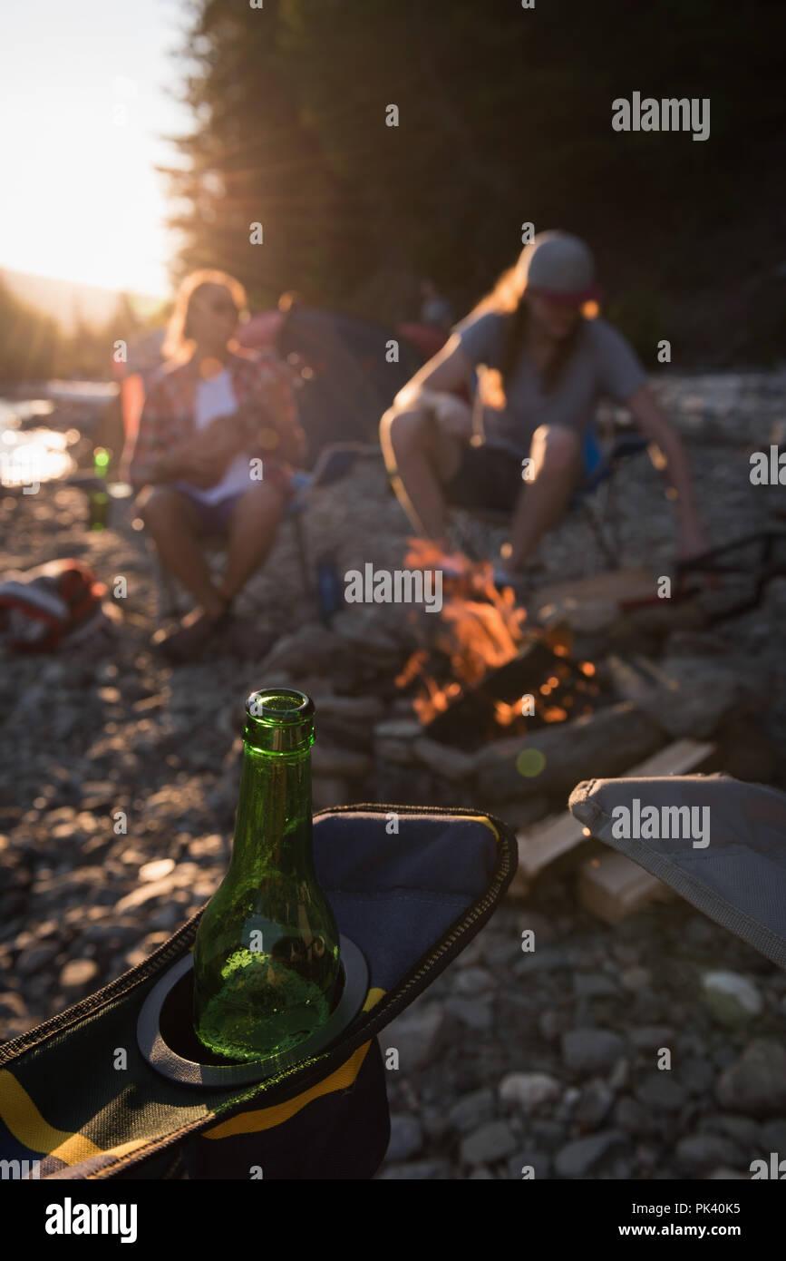 Bierflasche auf dem Lager Stuhl Stockbild