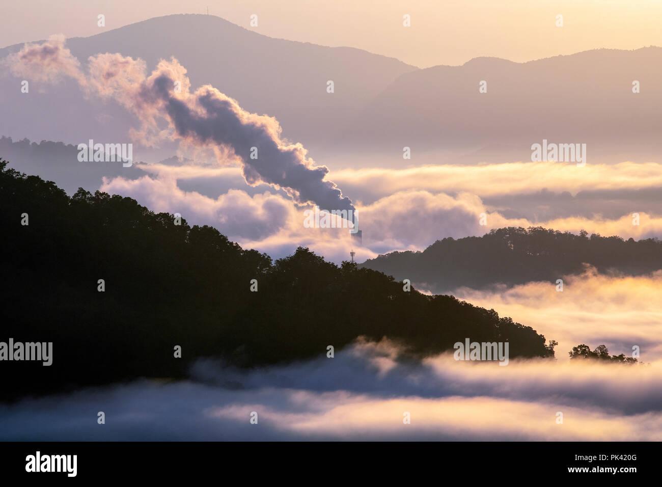Sunrise vista auf dem Blue Ridge Parkway mit Schornstein plume in der Ferne - Kastanie Cove übersehen - Asheville, North Carolina, USA Stockbild