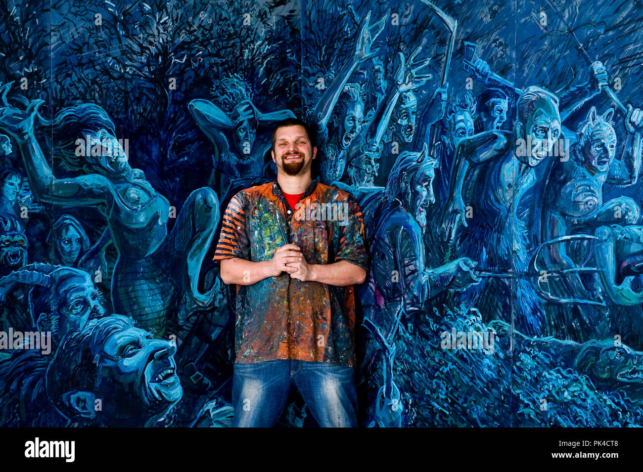 """Photographer-Ian Georgeson -07921 567360 Künstler Chris Rutterford mit seinen 20 M'Tams Nacht heraus"""" Panoramablick auf die Malerei, die auf Anzeige an Comp der Kunst Stockbild"""