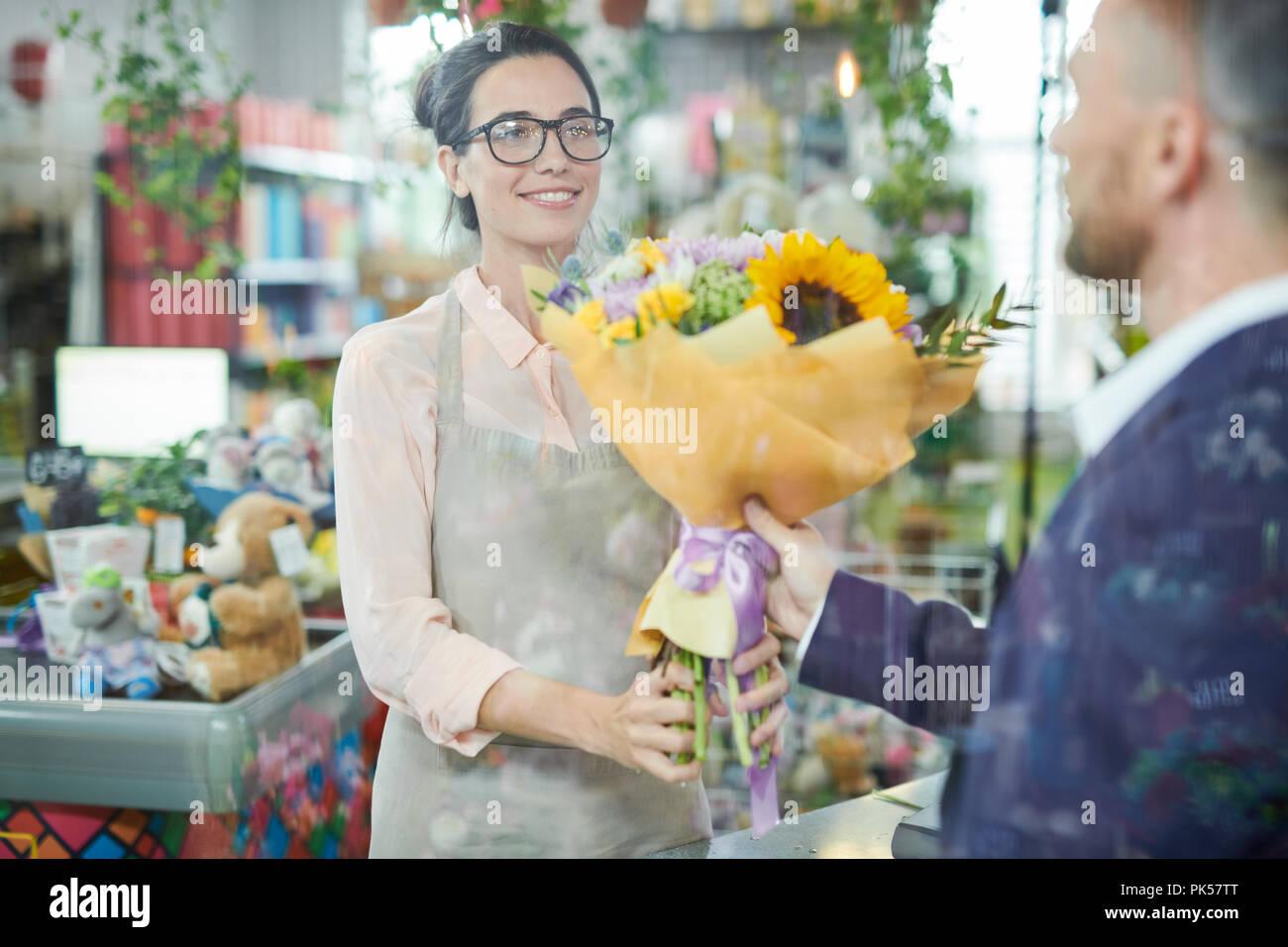 Frau, die Blumen Stockbild