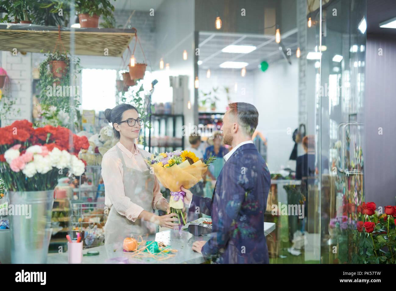 Kunden Blumen kaufen Stockbild