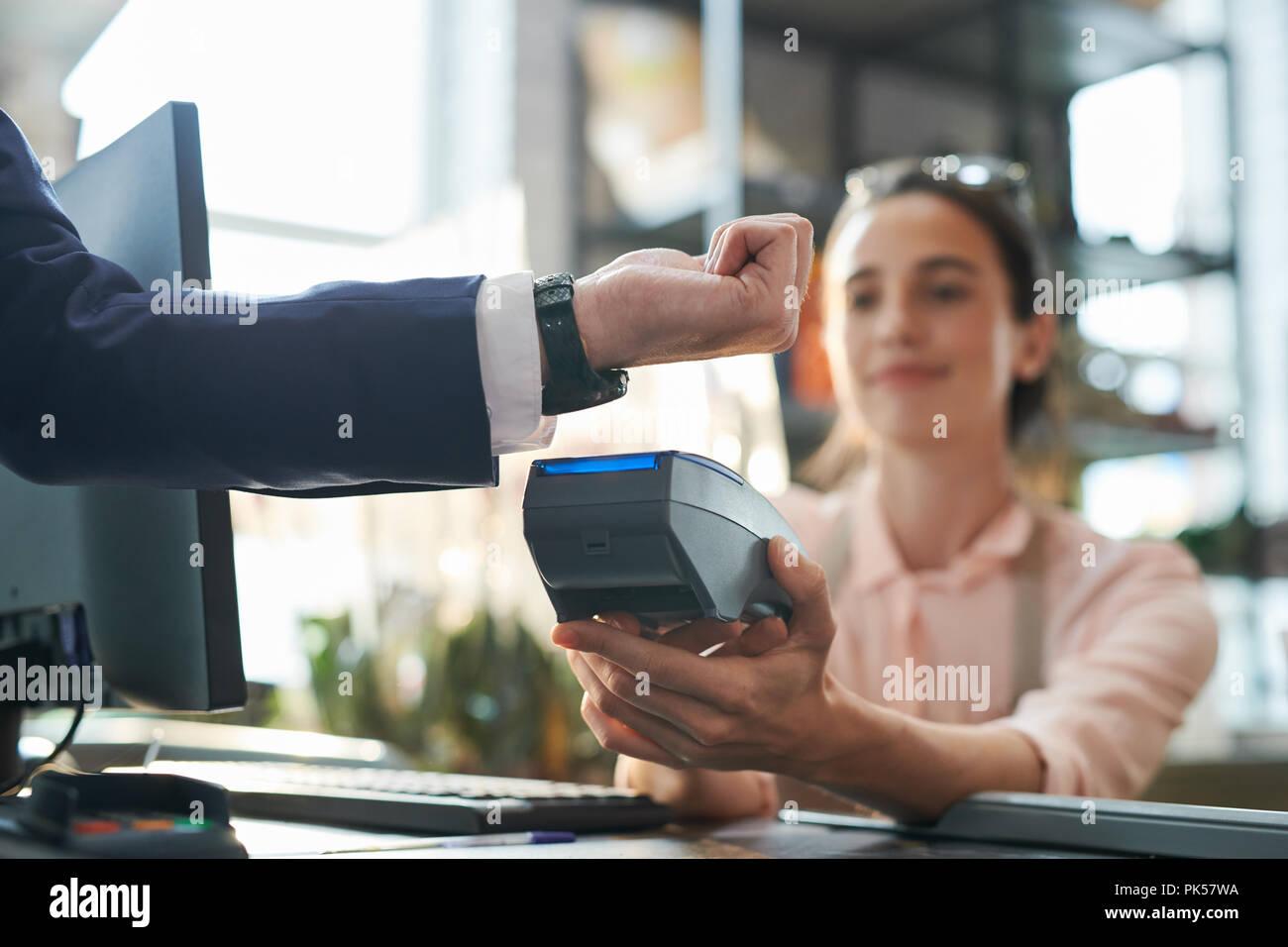 Unternehmer zahlen durch Smartwatch Stockfoto