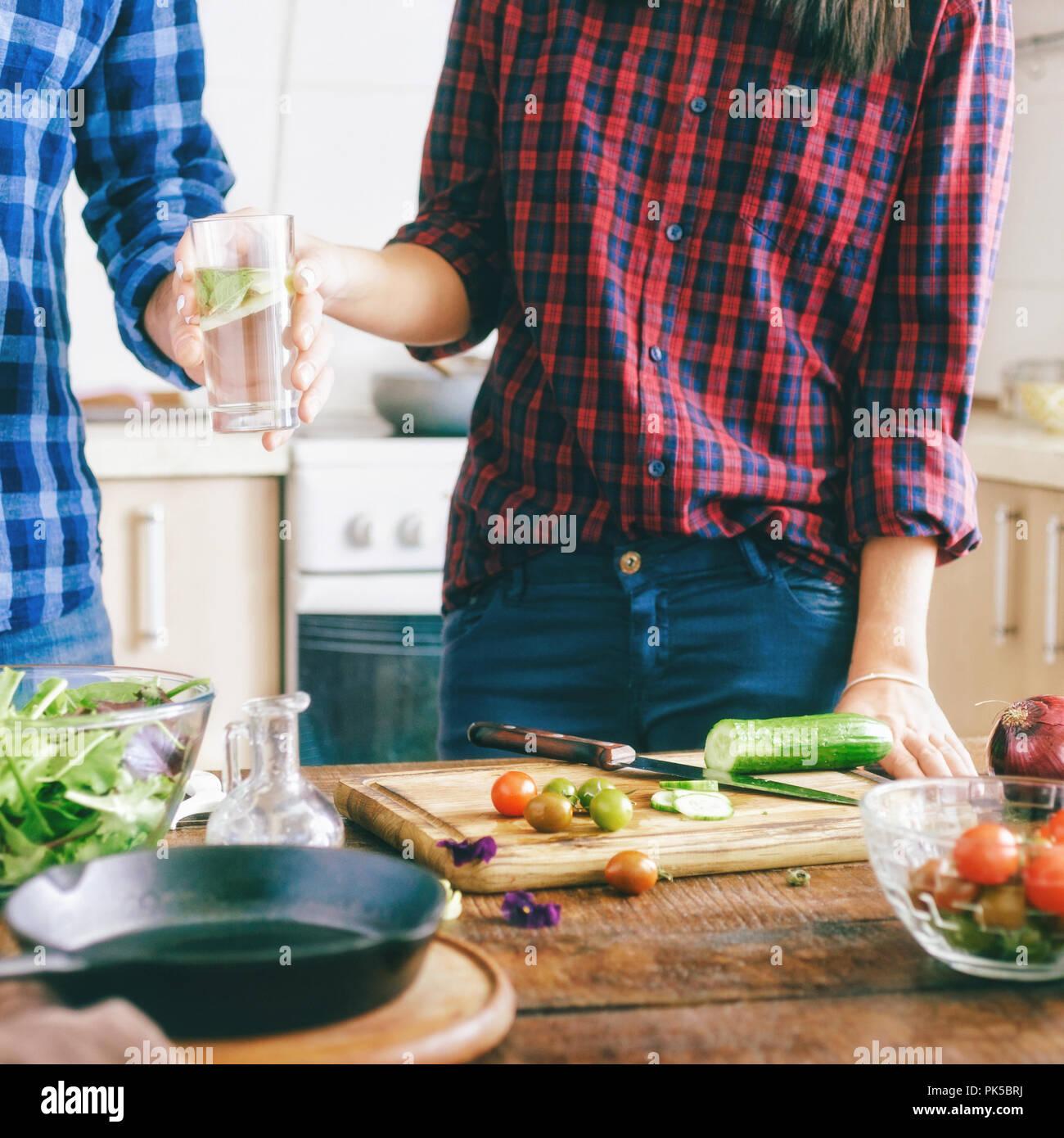 Paar bereitet sich gesunde leichte Abendessen zu Hause in ...