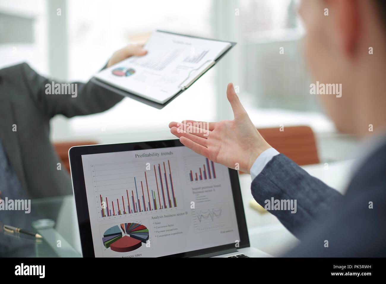 Bis zu schließen. Der Manager gibt dem Manager Financial Dokumente Stockfoto