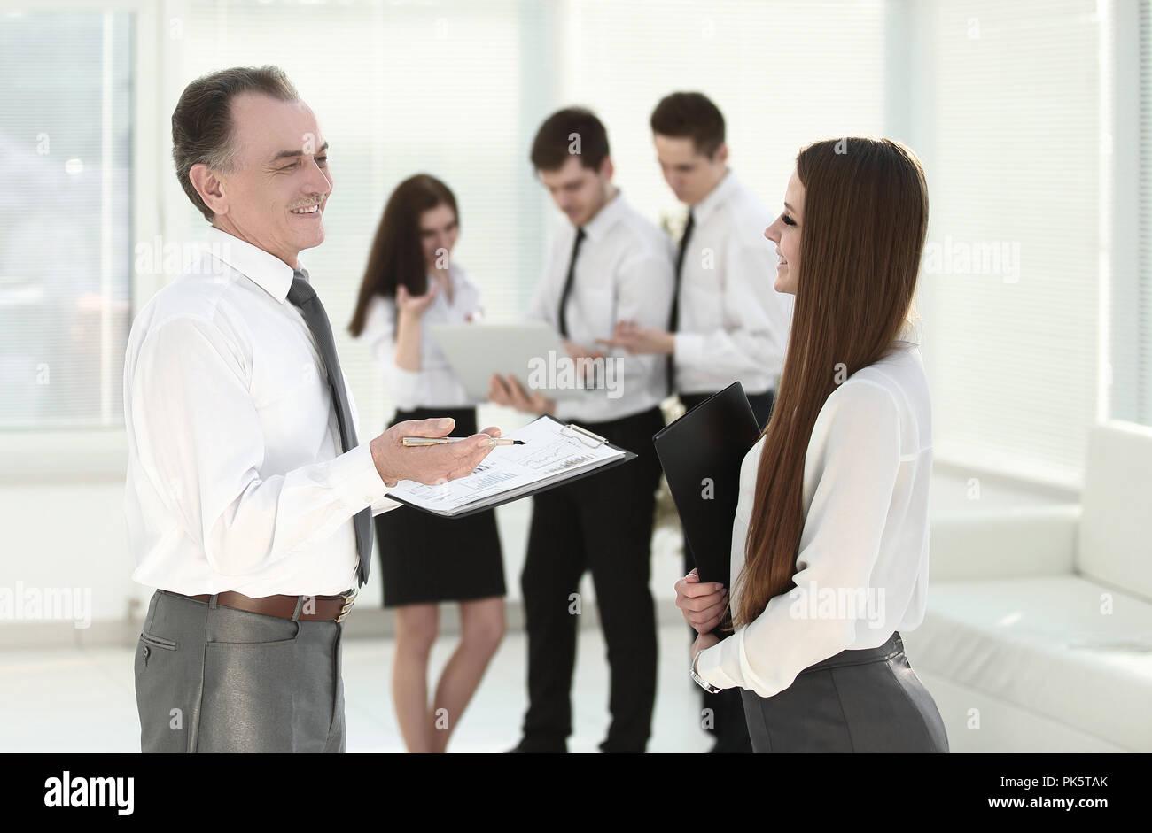 Ältere Unternehmer diskutieren einen Finanzbericht mit dem Mitarbeiter Stockbild