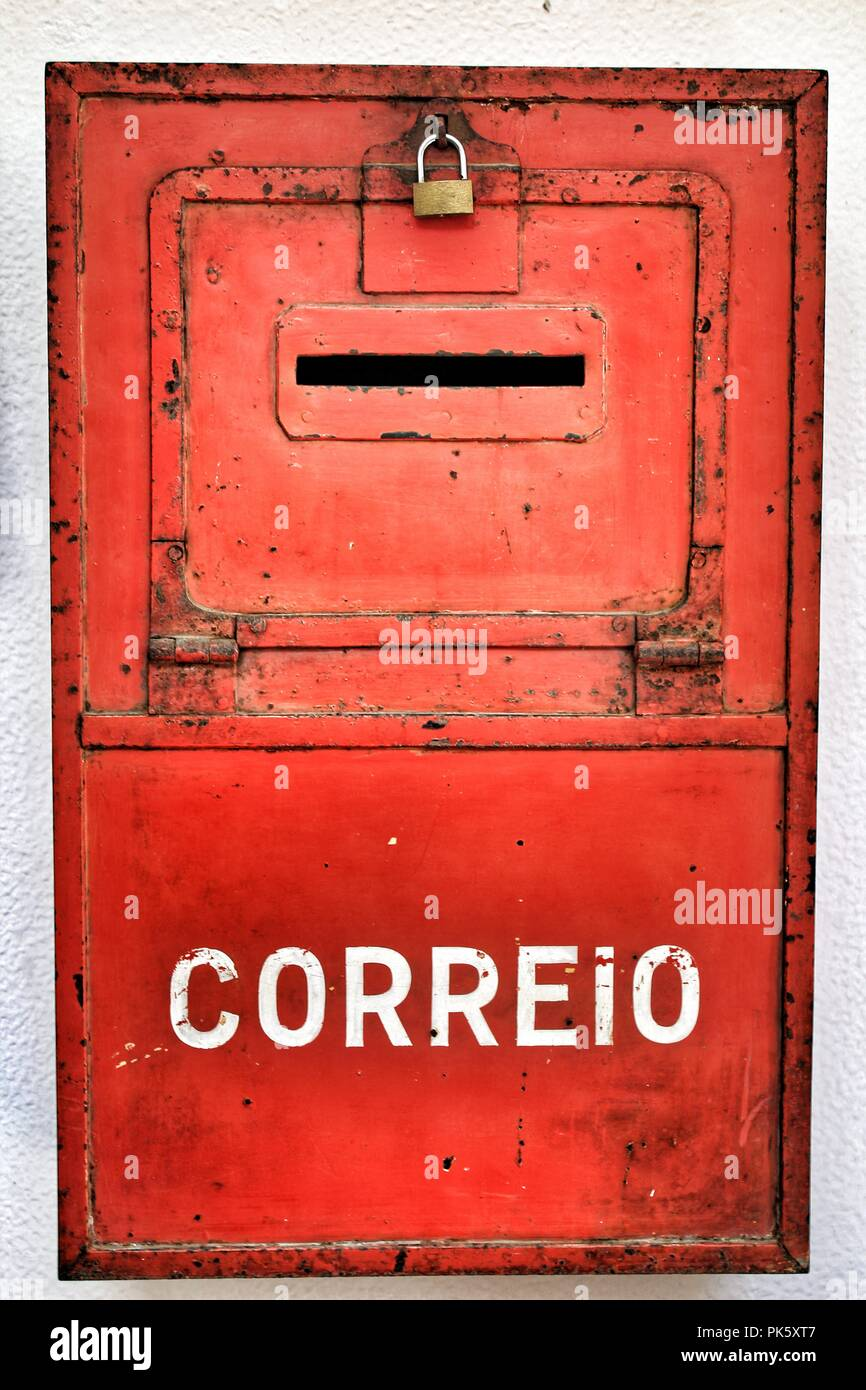Bunt metallic mail box in roter Farbe an der Wand mit alter ...