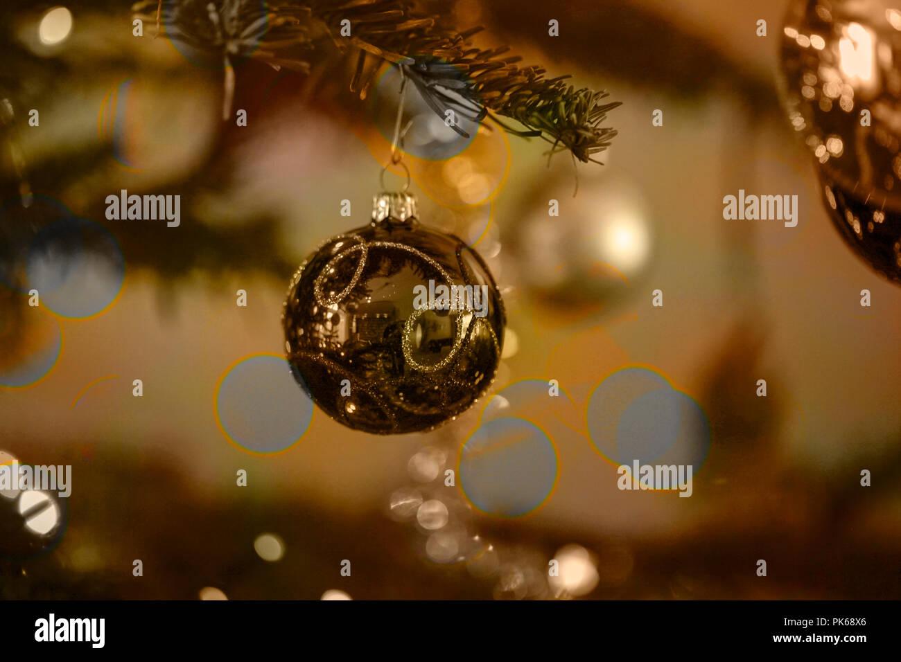 Urlaub Hintergrund mit Weihnachtskugel, Baum und Leuchten Stockfoto ...