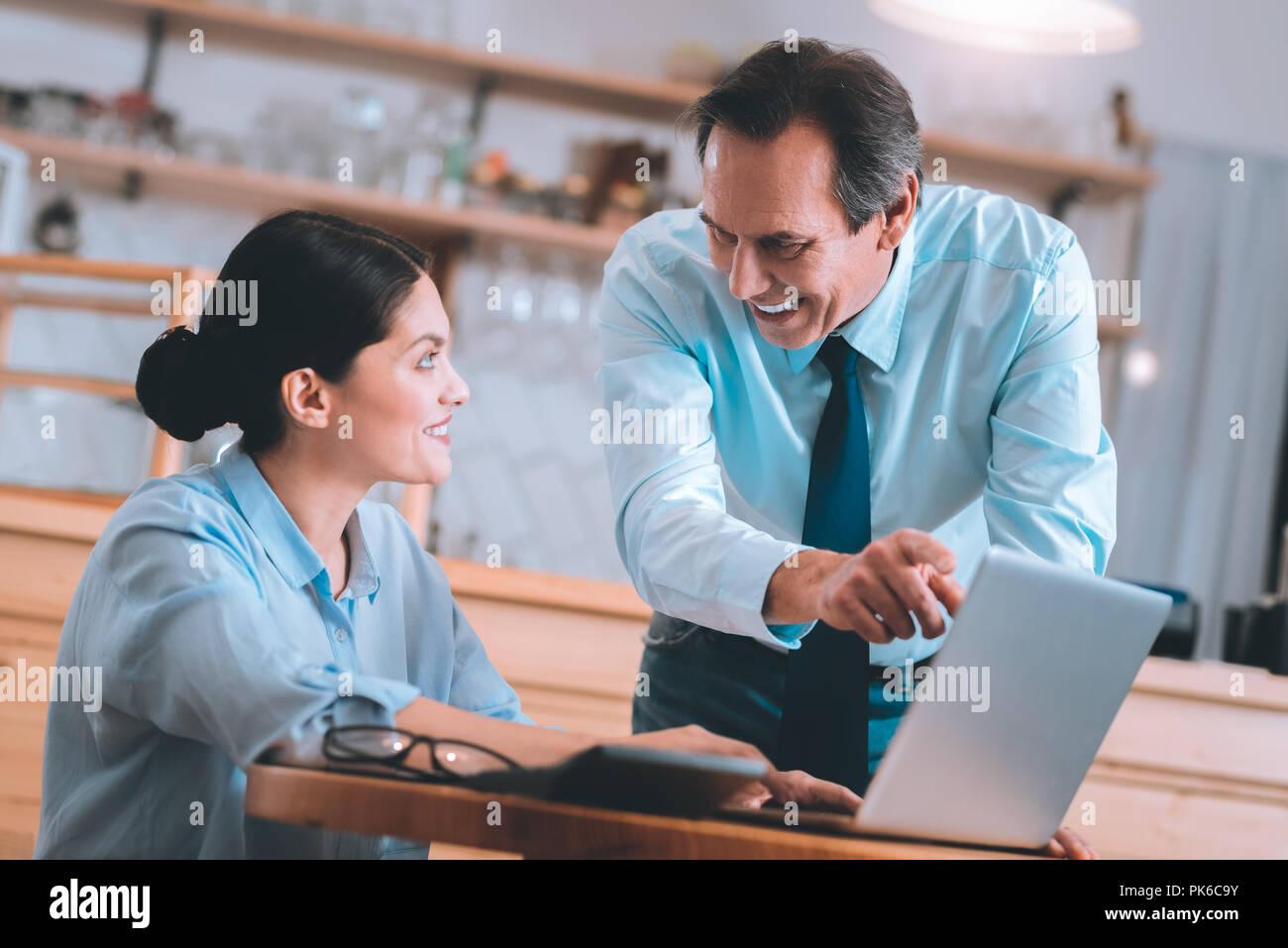 Schöne brünette Frau an ihrem Arbeitsplatz sitzen Stockbild