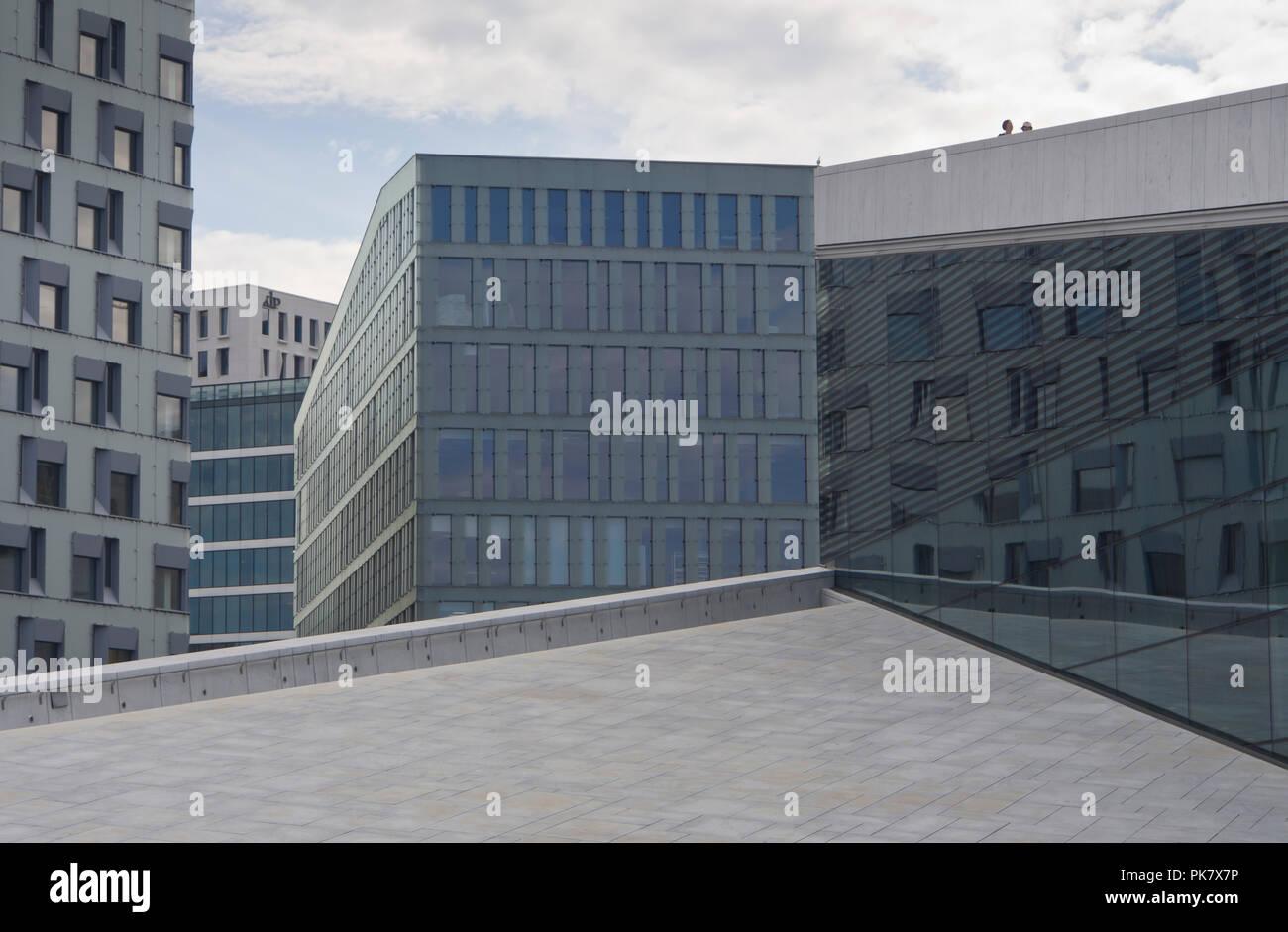 Zeitgenössische Architektur, Schichten von Formen, vor der Oper in Oslo, Norwegen mit zwei Besucher auf dem Dach Stockbild