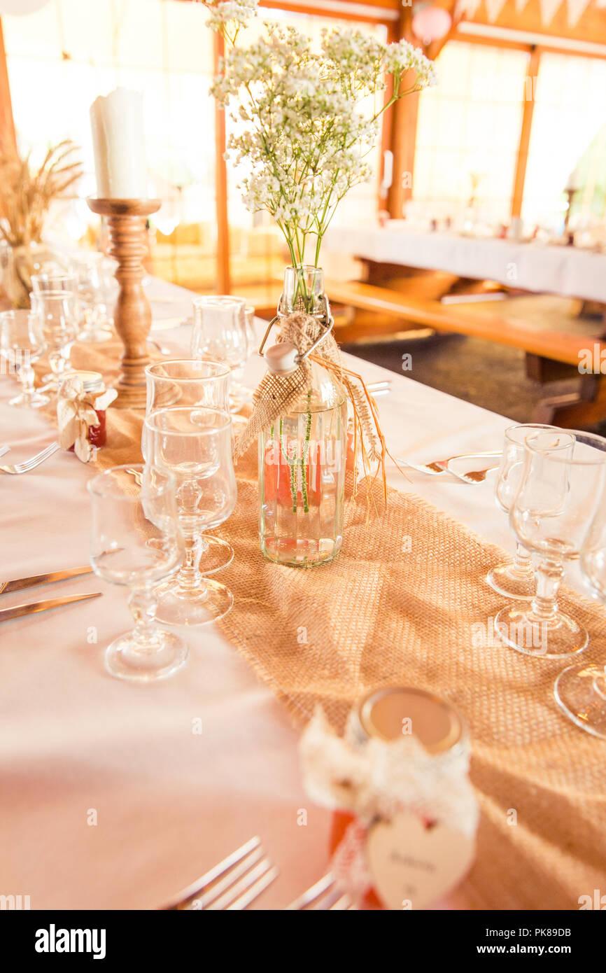 Shabby Chic Rustikale Hochzeit Tabelle Sackleinen Und Gypsophila