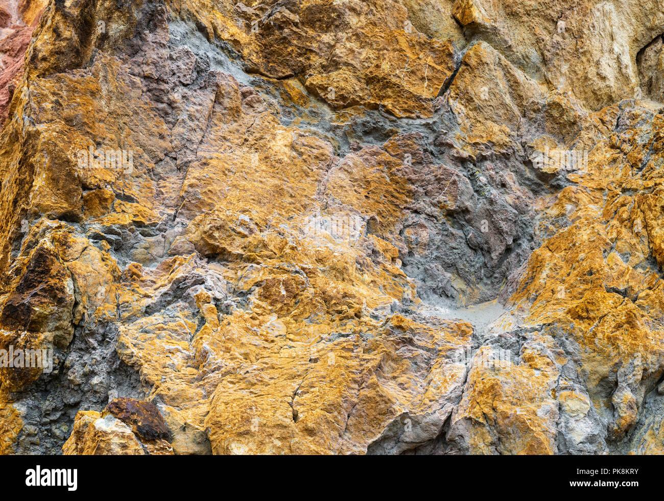 Kupfer Erzlagerstätten in Felsen an Parys Mountain Kupfermine, Anglesey, Wales Stockbild