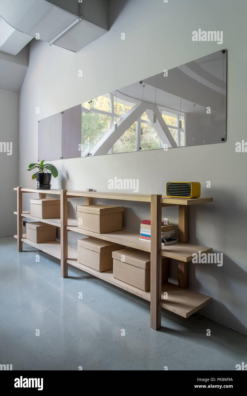 Zimmer In Einem Buro Mit Grauen Wande Und Glanzenden Fussboden Es